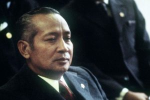 Le président Suharto (1967-1998) http://jakarta.coconuts.co/2015/08/11/ex-indonesian-leader-suhartos-family-ordered-pay-back-millions